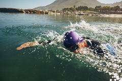 Natación del hombre en una competencia triathletic fotografía de archivo libre de regalías