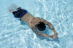 Natación del hombre subacuática Imágenes de archivo libres de regalías