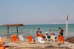 Natación del mar muerto en Israel foto de archivo