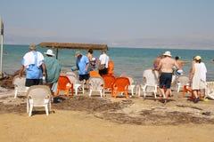 Natación del mar muerto en Israel imagen de archivo
