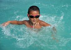 Natación del muchacho con la gran diversión foto de archivo libre de regalías