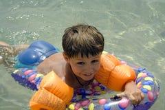 Natación del muchacho en el mar imagen de archivo