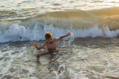 Natación del muchacho en el mar foto de archivo libre de regalías