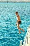 Natación del muchacho en el Mar Rojo imágenes de archivo libres de regalías