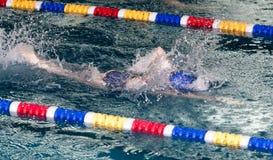 Natación del muchacho en la piscina fotos de archivo libres de regalías