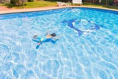 Natación del muchacho en piscina Foto de archivo libre de regalías