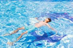 Natación del muchacho en piscina Imagen de archivo