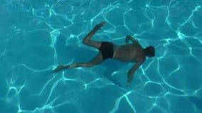 Natación del muchacho subacuática