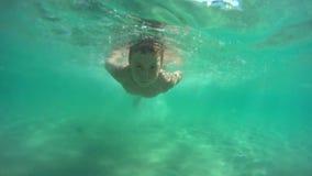 Natación del muchacho subacuática metrajes