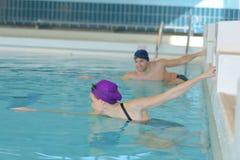 Natación del nadador de los pares en piscina Foto de archivo libre de regalías