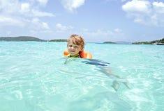 Natación del niño en el océano tropical Fotos de archivo libres de regalías