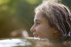 Natación del niño en el río con por encima de la superficie principal Imagen de archivo libre de regalías