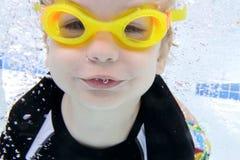 Natación del niño en la piscina subacuática Fotos de archivo libres de regalías
