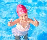 Natación del niño en piscina. imagenes de archivo