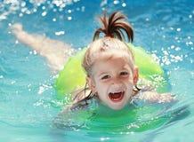 Natación del niño en piscina fotos de archivo libres de regalías