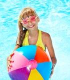 Natación del niño en piscina. fotos de archivo