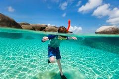 Natación del niño pequeño en el océano Imágenes de archivo libres de regalías