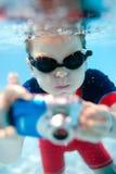 Natación del niño pequeño subacuática Fotografía de archivo