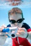 Natación del niño pequeño subacuática Imagenes de archivo