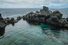 Natación del padre y de la hija en la piscina natural Charco De La Laja, en el norte de Tenerife Foto de archivo