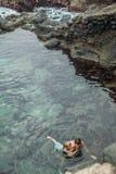 Natación del padre y de la hija en la piscina natural Charco De La Laja, en el norte de Tenerife fotografía de archivo