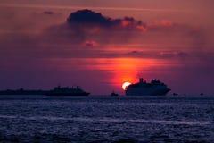 Natación del trazador de líneas de la travesía en el océano en la puesta del sol imágenes de archivo libres de regalías