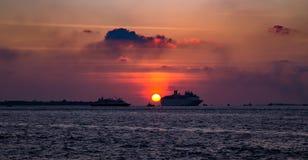Natación del trazador de líneas de la travesía en el océano en la puesta del sol foto de archivo libre de regalías