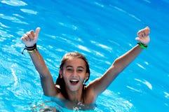 Natación feliz de la muchacha en piscina Foto de archivo