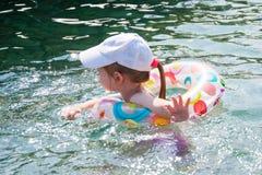 Natación feliz del niño en el mar Fotografía de archivo