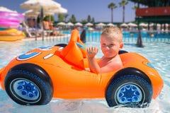 Natación feliz del niño pequeño en el coche inflable foto de archivo libre de regalías