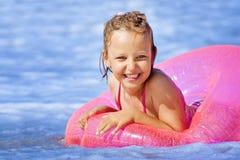 Natación feliz en el mar imagenes de archivo
