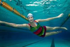 Natación feliz en la piscina fotografía de archivo libre de regalías