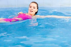 Natación hermosa de la mujer en piscina imagenes de archivo