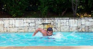 Natación hermosa del hombre en piscina almacen de metraje de vídeo