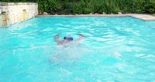 Natación hermosa del hombre en una piscina metrajes