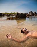 Natación india del hombre en la playa del océano Fotos de archivo libres de regalías