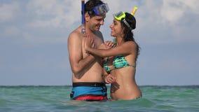 Natación joven de los pares en vacaciones del océano metrajes