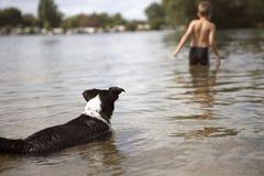 Natación joven del muchacho en el lago Imagen de archivo libre de regalías