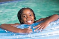 Natación linda de la niña en la piscina Imagenes de archivo