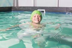 Natación linda del niño en la piscina Fotos de archivo libres de regalías
