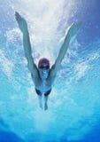Natación masculina joven profesional del atleta en piscina foto de archivo