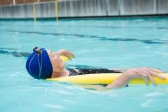 Natación mayor de la mujer en piscina fotos de archivo