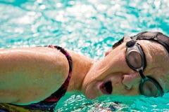 Natación mayor de la mujer en una piscina Imagen de archivo libre de regalías