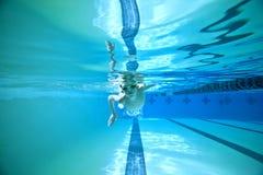 Natación subacuática foto de archivo libre de regalías