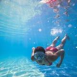 Natación subacuática Fotos de archivo libres de regalías