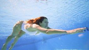 Nataci?n atractiva de la mujer en piscina en la c?mara lenta metrajes