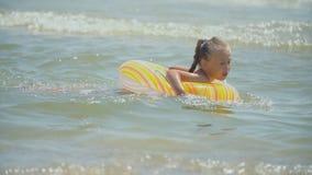 Nataci?n de la muchacha en el mar almacen de video