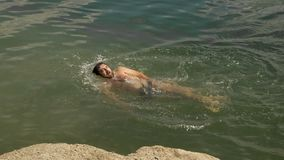 Nataci?n masculina del nadador en agua abierta almacen de metraje de vídeo