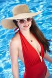 Natación de la mujer en piscina Fotos de archivo libres de regalías