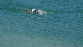 Natación del nadador en un lago en un deporte del triathlon almacen de video